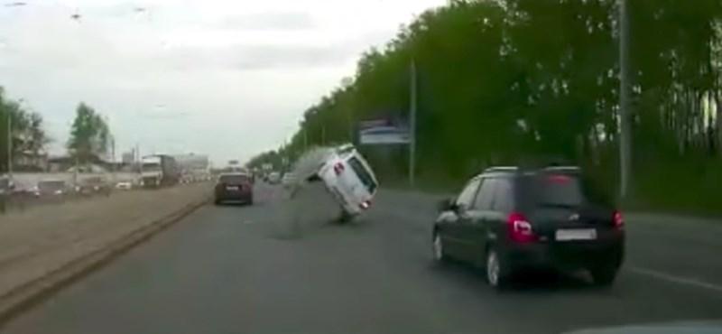 Ez van, ha ellopják a csatornafedőt, az autós pedig ráhajt a lyukra – videó
