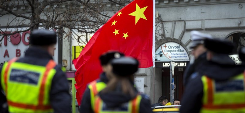 Fotó: Zászlókkal és lezárással várták a kínai miniszterelnök konvoját az Andrássy útnál