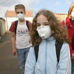 Porvédő maszkban érkeztek a tanórákra a devecseri diákok
