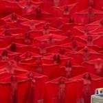 Több százan vetkőztek meztelenre a művészet nevében a csípős melbourne-i hidegben – fotó, videó