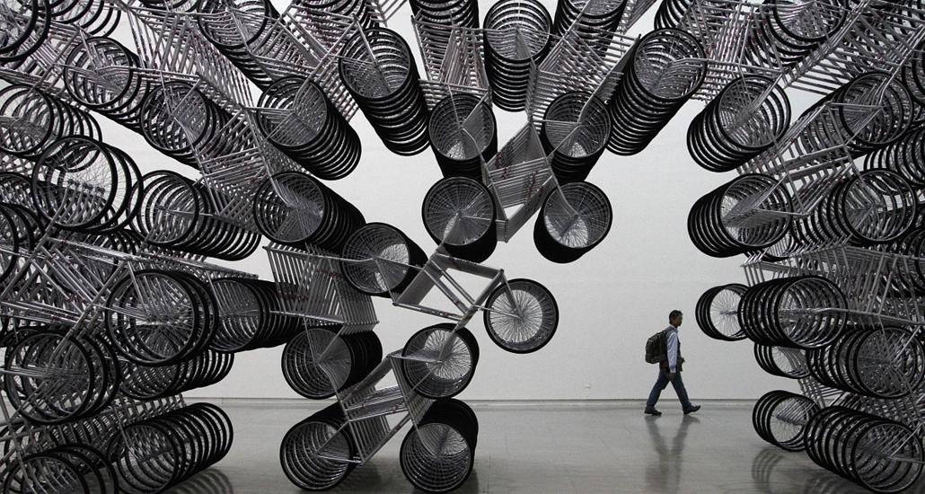 Taiwan - ''Forever Bicycles'' installáció a ''másképpgondolkodó'' Aj Vej-vej gondozáában a Taipei Fine Arts Múzeumban.