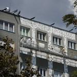 Fideszes képviselő magyarázta el, miért nem lehet a panelek tetejét lebontani