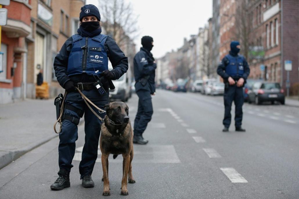 hét képei - mti.16.03.18. - Belga rendőrök egy lezárt műveleti területen a brüsszeli Molenbeek negyedben 2016. március 18-án, ahol rendőrségi és sajtóhírek szerint elfogták a novemberi párizsi terrortámadások feltételezett főszervezőjét, Salah Abdeslamot.
