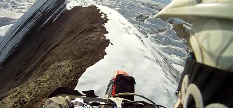 Szupervékony havas hegygerincen, benzingőzben, két keréken (videó)