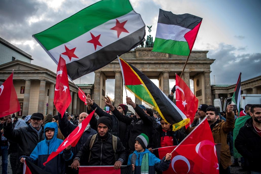 afp.17.12.10. - Berlinben is demonstráltak Trump döntése ellen