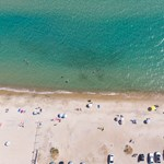 Görögország tíz ország turistái számára feloldja a karantén-kötelezettséget