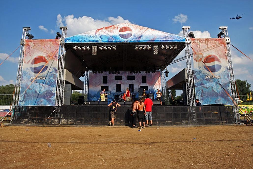 Szabad helyek a színpad jobb és bal oldalán.