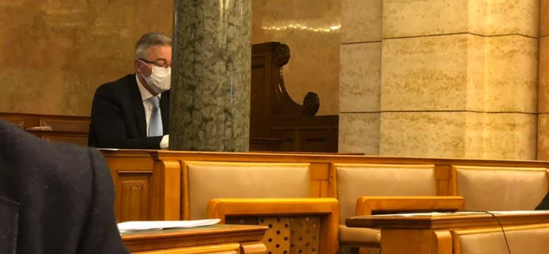 Elhagyta a karantént egy fideszes képviselő és beült a Parlamentbe