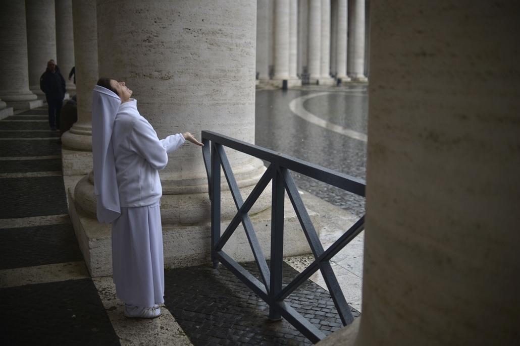 résztvevők a téren - apácák, apáca - pápaválasztás - pavalko