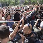 """A Parlament bejáratánál skandálják a tüntetők, hogy """"Orbán geci!"""""""