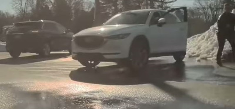 Elindult magától a Tesla, egy másik autós azt hitte elszabadult és megpróbálta megállítani