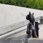 Eltűnt Mekk Elek miniszobra a Széll Kálmán térről