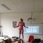 Levetkőzött órán egy tanárnő, de csak a diákok érdekében