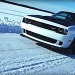Befagyott tavon is megy 274-gyel egy Dodge Challenger Hellcat - videó
