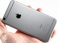 Milliárdokra perelik Olaszországban az Apple-t a régi iPhone-ok miatt