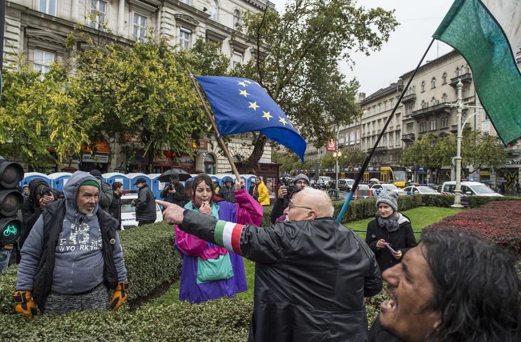 e_! - hvg év képei 2017 nagyítás - tg.17.10.23. - Ligetvédők-akció az Oktogonnál, ahol néhányan füttyüléssel zavarták meg Orbán Viktor beszédét október 23-án. Az esemény után kisebb dulakodás alakult ki az ünnepségről távozók és a tüntetők között.