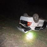Lekapcsolt fényszóróval akart menekülni egy autós, az árokban végezte
