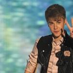 Justin Bieber 36 éves anyja memoárt ír