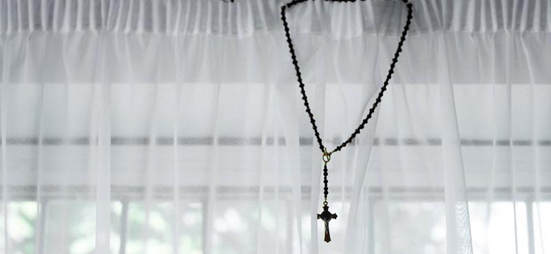 Kalocsai gyerekotthon lakóival foglalkozik egy korábban szexuális zaklatással megvádolt pap