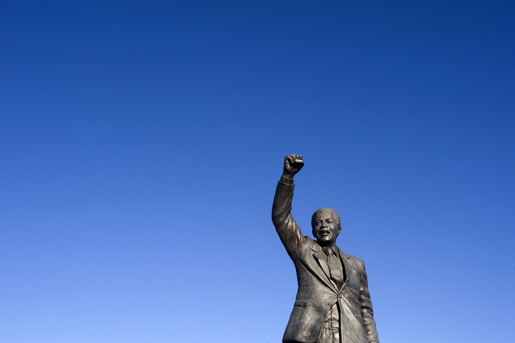 Nelson Mandela szobor - SOUTH AFRICA, Paarl : A statue of Nelson Mandela, former South African President, and Nobel Peace Laureate, is pictured outside Drakenstein Prison, on 10 June 2013, close to Paarl, about 75Km from Cape Town. The 94 year-old former