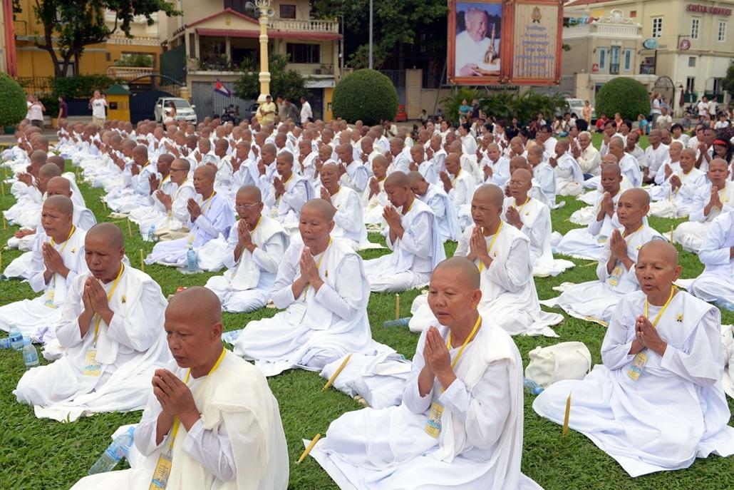 afp.14.07.10. - Phnom Penh, Kambodzsa: apácák imája egy buddhista szertartáson a királyi palota előtt. - apáca, 7képei