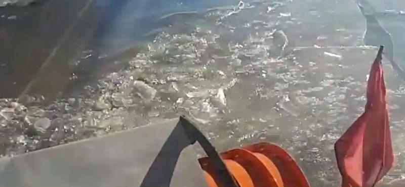Folyami jégtörőként megy a Közút hókotrója a vízzel eláradt utakon – videó