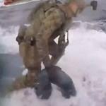 Úgy ugrott át a katona a tengeralattjáróra, mint a vonatrabló a mozdony tetejére