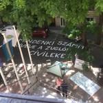 Félig lesatírozták a zuglói önkormányzathoz felfújt óriásüzenetet