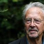 Több száz tüntető zavarta meg Peter Handke Nobel-díjának az átadását