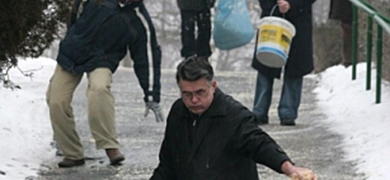 50 ezer forintra bírságolják, aki felsózza a járdáját