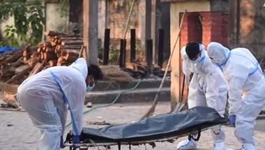 Hálóval fogják fel a Gangeszben sodródó holttesteket Indiában