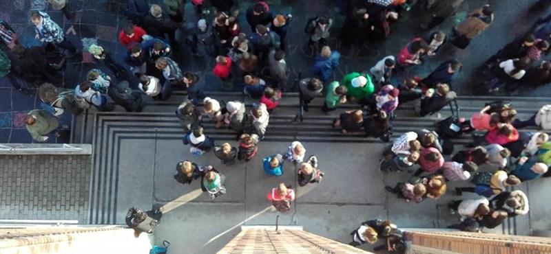 Szerdán több száz iskolánál tiltakoztak