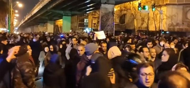 Éles lőszert is bevethettek a tüntetők ellen Teheránban