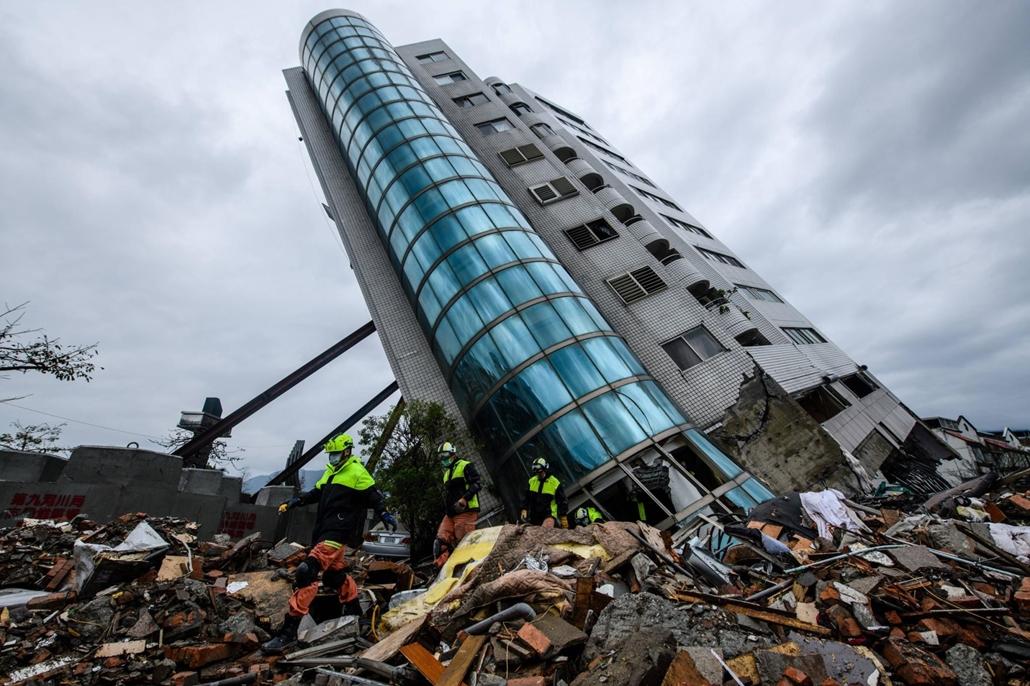 afp.18.02.08. 6.4-es erősségű földrengés érte a tajvani Hualien városát, a mentők kitérnek a bizonytalanul hajló Yun Tsui épület elől