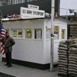 Óriásdominók a berlini fal helyén
