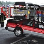 Súlyos balesetet szenvedett egy lengyel autóbusz - megrázó fotók