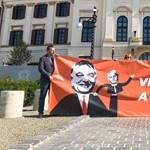 Orbán irodája elé feszített molinót a Párbeszéd, hogy engedje vitázni Tarlóst