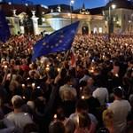 Falnak rohanhat a varsói gyors: Kaczynski gyilkost kiáltva űzi előre pártját