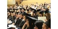 Védettségi igazolvánnyal, vendégek nélkül: az idei diplomaosztókat már megtartják az egyetemek