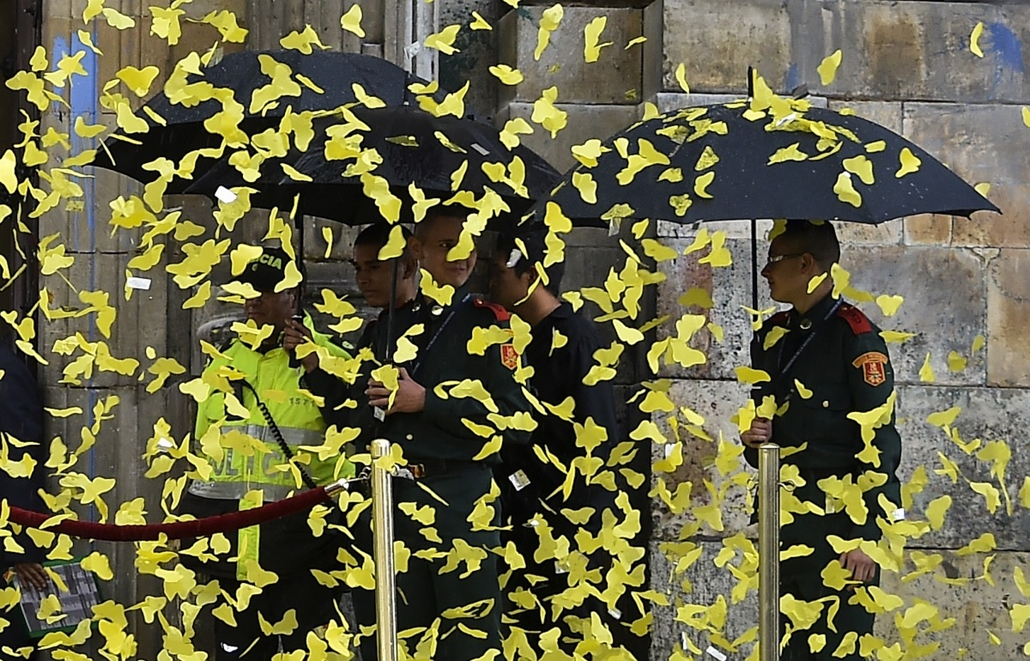 afp. Gabriel Garcia Marquez  búcsúztatűs 2014.04.22 COLOMBIA, Bogotá : Paper yellow butterflies are thrown in the air at the entrance of the cathedral during a ceremony to honor late Nobel Prize laureate in Literature Gabriel Garcia Marquez in Bogota, on