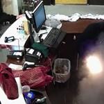 Videó: Képzelje el, hogy áll egy italboltban, amikor egyszer csak felrobban valami a zsebében