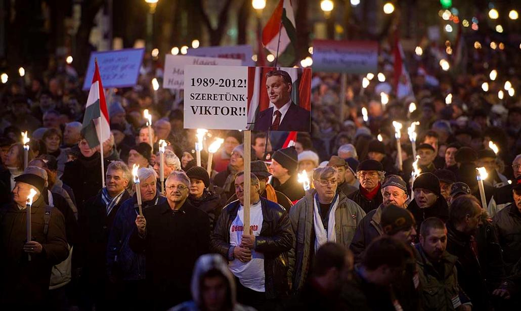 Tömeg az Opera előtt- Békemenet a kormány mellett