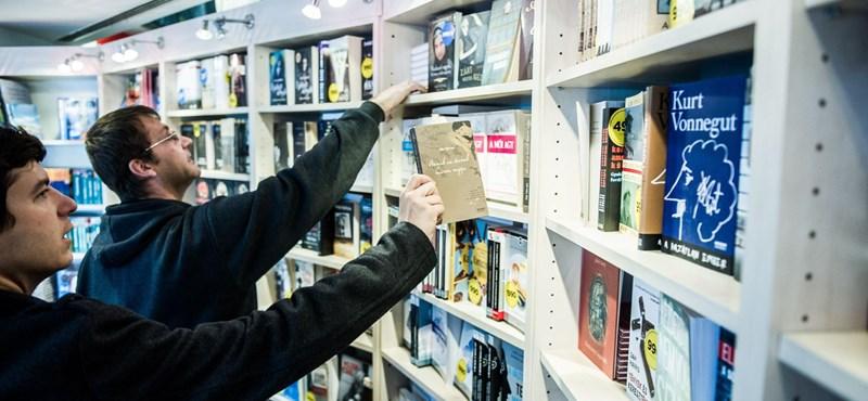 """""""Épp most szolgáltunk ki egy vevőt, aki 122 ezer forintért vásárolt könyvet"""""""