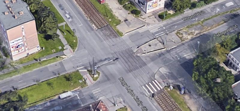 Két főutat bénított le a villamossal ütköző kisteherautó