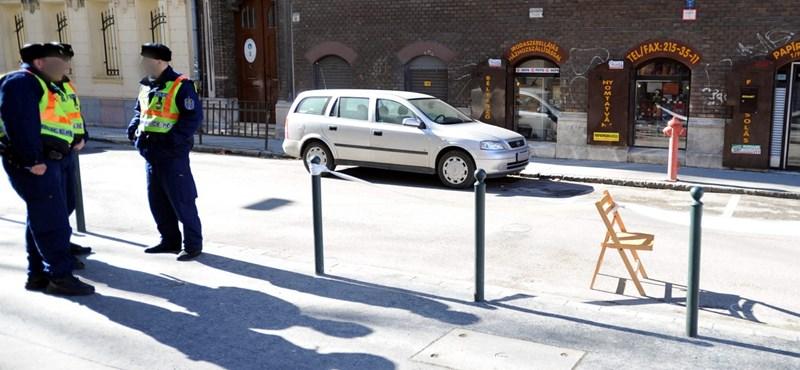 Fekete Mercedesből tüzeltek a Mester utca sarkán