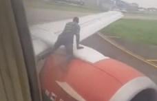 Felszálláshoz készülő gép szárnyára mászott fel egy ember Nigériában – videó