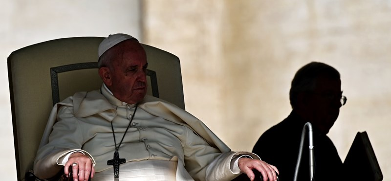 Ferenc pápa tudja, hogy hátba akarják szúrni, de nem fél