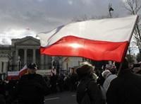 Engedett az Európai Bizottságnak a lengyel kormánypárt