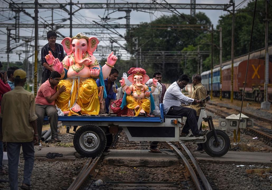 AFP - Nagyítás - Állati 2016 - 16.12.31. - Indiai munkások Ganésa, az elefántfejű embertestű hindu istenség bálványait szállítják szekéren a csennai fesztiválra. Az hinduk számára az egyik legszerencsésebb ómen egy elefánt váratlan megpillantása, ugyanis