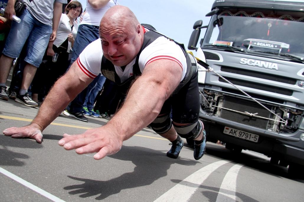 afp.14.07.03. - Minszk, Fehéroroszország: tizenöt tonnás kamiont húzó résztvevő a ''Truck-Pull'' versenyen - 7képei, kamionhúzás